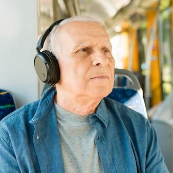 Vista frontale dell'uomo anziano nel trasporto pubblico