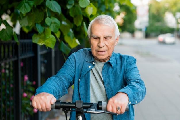 Vista frontale del vecchio su scooter