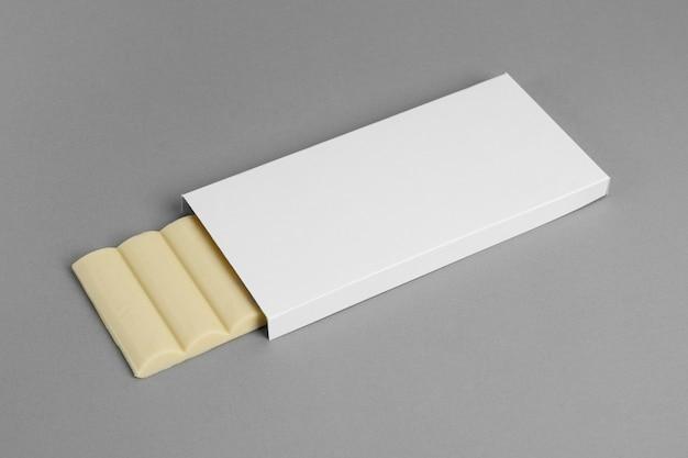 Vista frontale di una confezione di tavoletta di cioccolato bianco