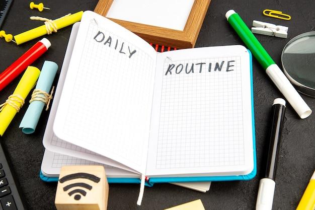 Quaderno aperto vista frontale con matite colorate