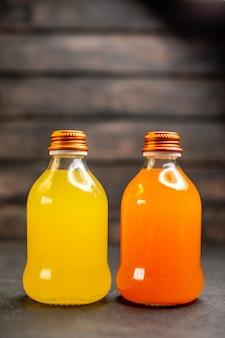 병에 전면보기 주황색과 노란색 주스