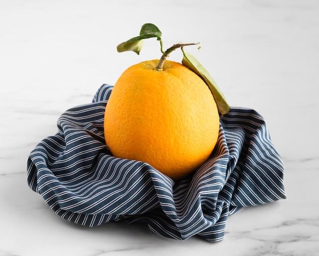 Vista frontale dell'arancia sul panno