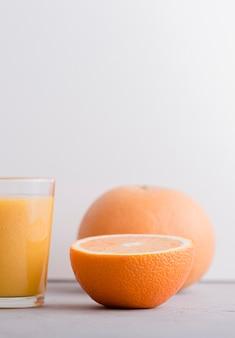 Vista frontale metà arancione e frullato