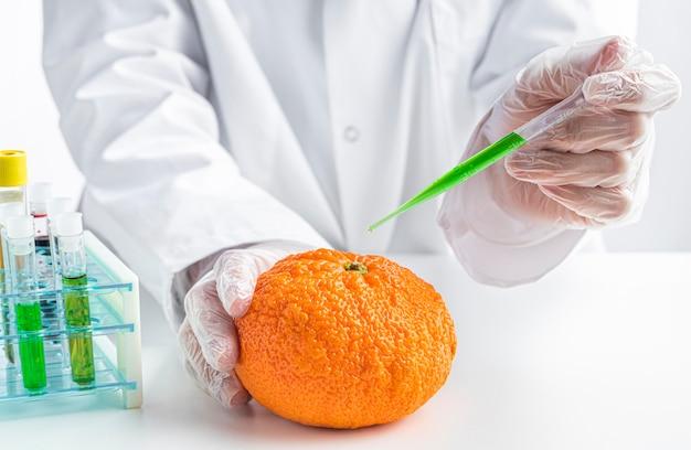 Arancione vista frontale iniettato con sostanze chimiche