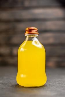 Bottiglia di succo d'arancia vista frontale su superficie isolata