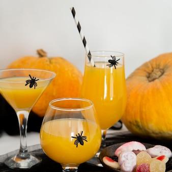 Vista frontale del concetto di halloween succo d'arancia