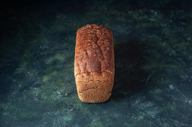 Vista frontale del pane nero confezionato su sfondo blu in difficoltà con spazio libero