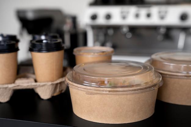 Vista frontale del cibo confezionato preparato per l'asporto