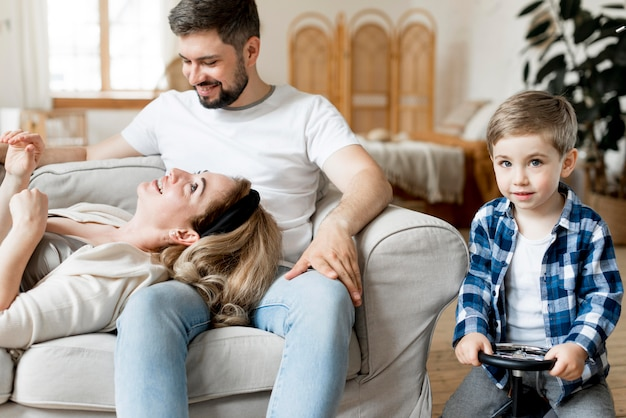 Вид спереди родителя и ребенка в помещении
