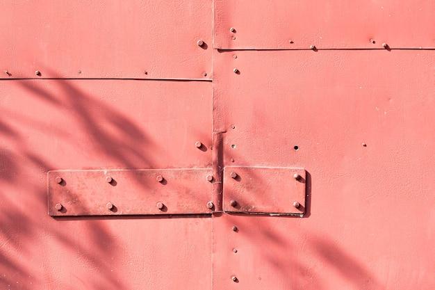 正面図パステルレッドの金属製の壁