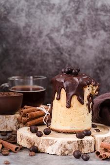 Vista frontale della pasticceria con topping al cioccolato e bastoncini di cannella