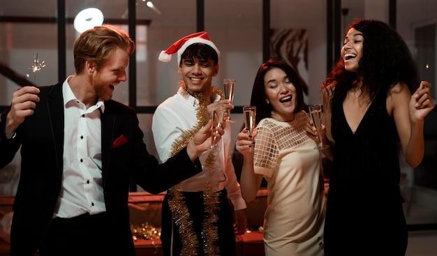 大晦日のパーティーで一緒に祝う正面図の人々