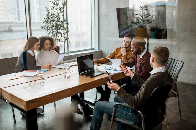 Vista frontale di persone che hanno una riunione in ufficio