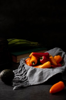 I peperoni della vista frontale si mescolano con l'avocado