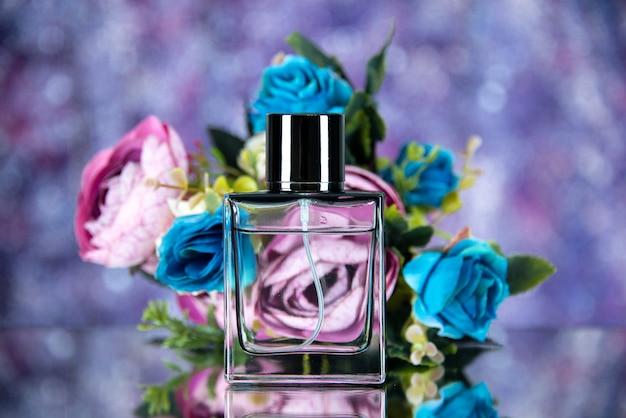 Fiori colorati bottiglia di profumo vista frontale su sfondo sfocato viola