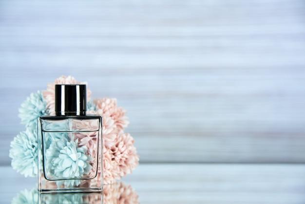 Fiori di bottiglia di profumo vista frontale su sfondo grigio chiaro con spazio libero