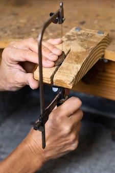 木材に取り組んでいる正面図人