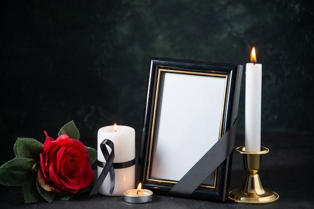 Vista frontale della cornice con candele accese al buio