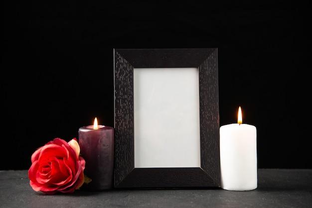 Vista frontale della cornice con candele su nero