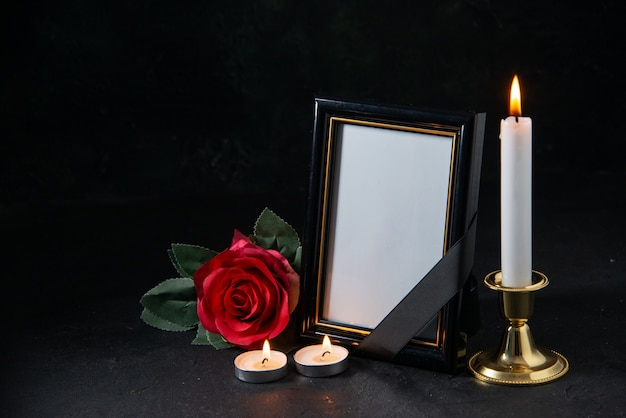 Vista frontale della cornice con fiore rosso sul nero
