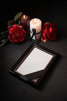 어두운 표면에 붉은 꽃과 전면보기 액자