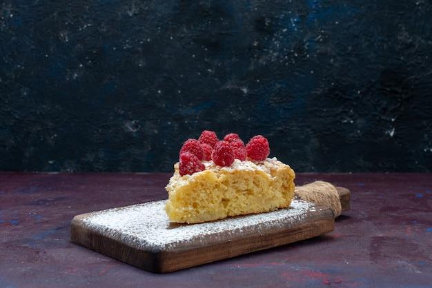 ダークデスクでラズベリーと一緒に甘く焼き上げたケーキの正面図ベリーシュガーケーキパイ焼きビスケット
