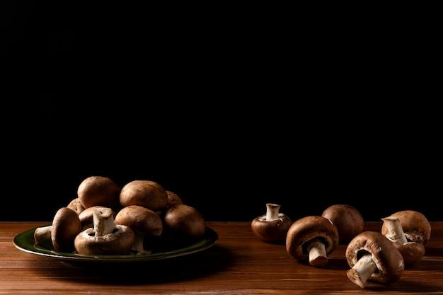 Куча грибов на тарелке, вид спереди