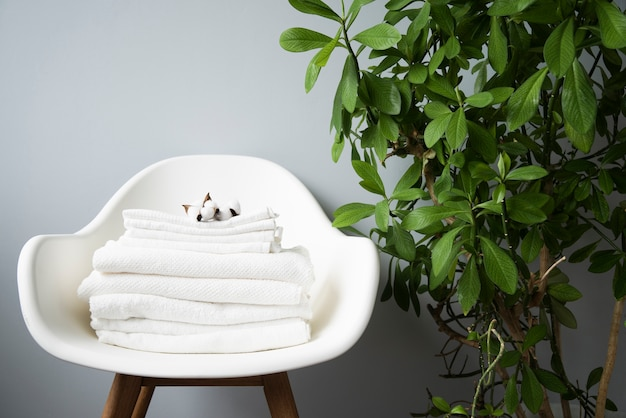 Вид спереди ворсом полотенец на стул