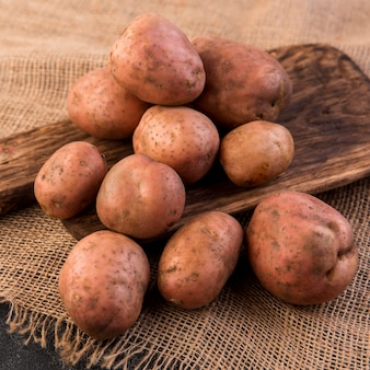 Mucchio di vista frontale della disposizione delle patate