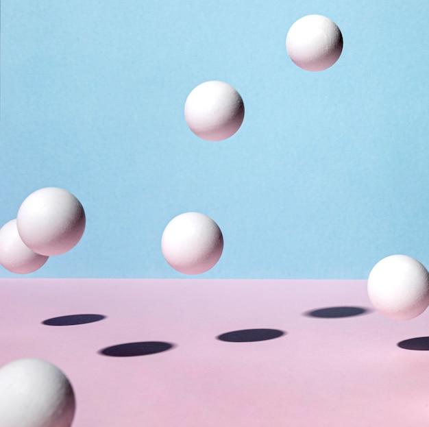 Vista frontale di palline da ping pong che rimbalzano