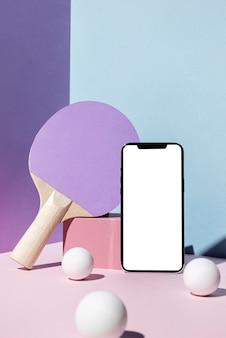 Vista frontale di palline da ping pong e pagaia con smartphone