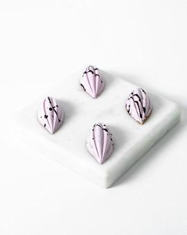 正面のピンクの石が少し明るい白いスポンジに並ぶ
