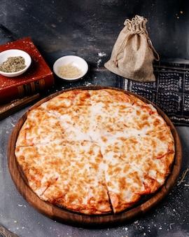 회색 바닥에 치즈와 전면보기 피자