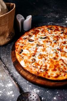 グレーの床にチーズの正面ピザ