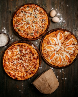 Вид спереди пиццы с сыром на деревянном деревенском полу