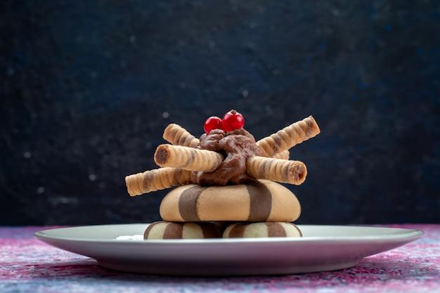 Тарелка вид спереди с шоколадным печеньем на дар