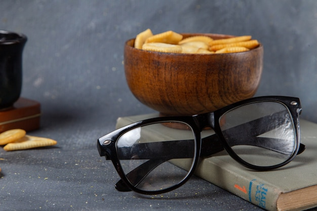 Пластина переднего вида с крекерами с солнцезащитными очками на сером