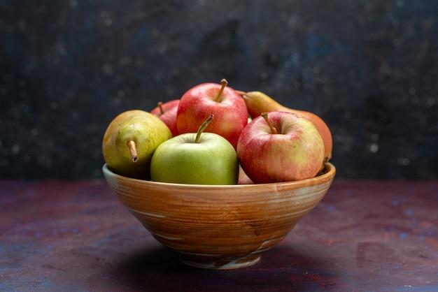 暗い机の上にフルーツ梨とリンゴの正面図プレートフルーツ熟した新鮮なまろやかなビタミン