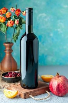 Vista frontale il vino del melograno sulla parete blu bere frutta alcol acida bar ristorante succo di colore vino
