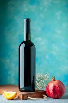Vista frontale melograno vino sulla parete blu bere frutta vino colore aspro succo di frutta bar ristorante