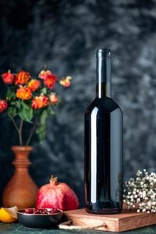 어두운 벽에 전면보기 석류 와인 음료 과일 알코올 신 컬러 바 주스 와인