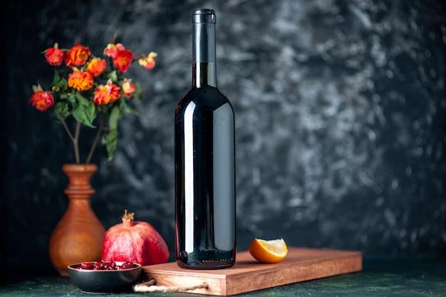 어두운 벽에 전면보기 석류 와인 음료 과일 알코올 신 컬러 레스토랑 주스 와인