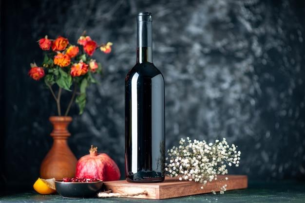 어두운 벽에 전면보기 석류 와인 음료 과일 알코올 신 컬러 바 레스토랑 와인