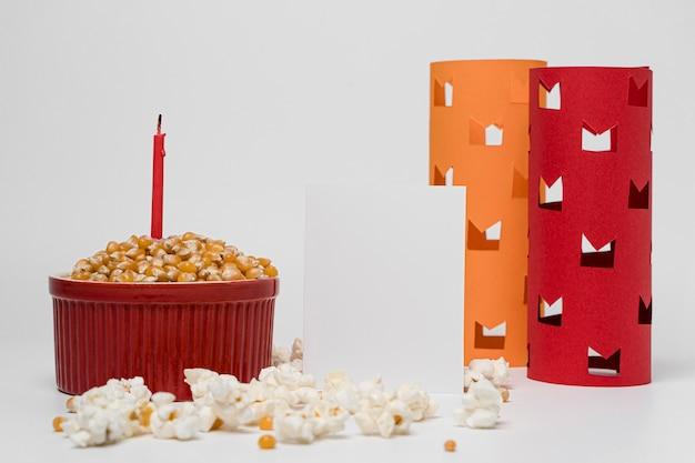 Vista frontale di popcorn con candela per la celebrazione del lohri