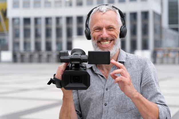 Ritratto di vista frontale del cameraman