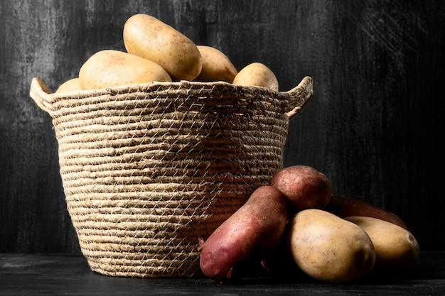 Vista frontale delle patate con il cestino