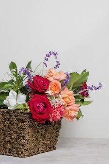 Vista frontale grazioso assortimento di rose