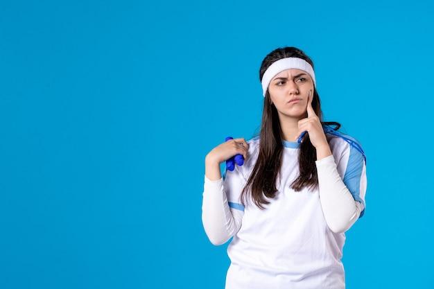 파란색에 건너 뛰는 밧줄을 잡고 전면보기 예쁜 여성