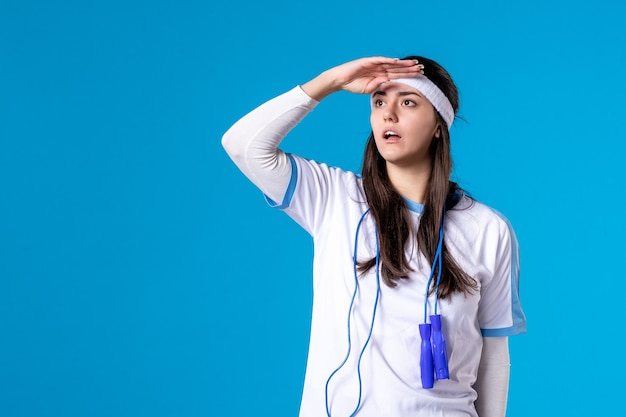 파란색에 밧줄을 건너 뛰는 스포츠 옷에 전면보기 예쁜 여성