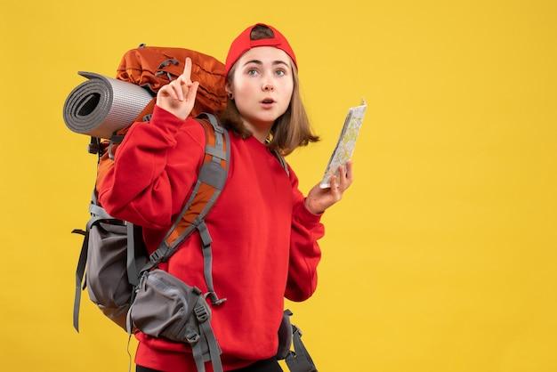 천장에서 가리키는지도 들고 배낭 전면보기 예쁜 여성 여행자